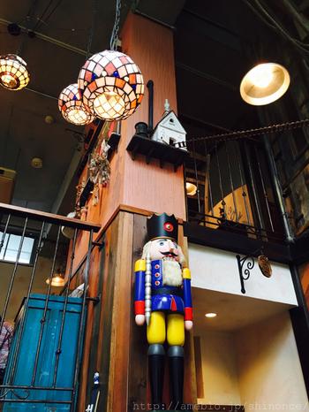 """太い柱を中心に4層からなる店内の随所に子どもたちを見守る「くるみ割り人形」が""""配置""""されています。画像の人形は木の玩具の本場・ドイツ・ザイフェンから取り寄せたもの。"""