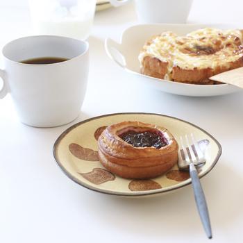かとうようこさんのパンのプレートには、やっぱりデニッシュのお菓子がお似合い。他の器をシンプルにすることで、よりこちらの器の味わいが引き立っていますね。
