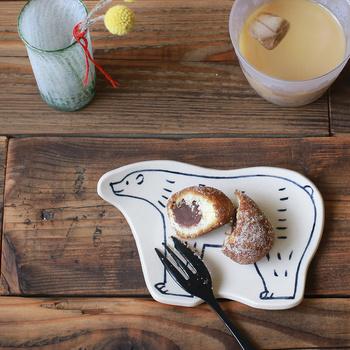 大人気の東峯未央さんのシロクマプレート。市販のお菓子だってまるで手作りのようなあたたかさを感じさせてくれますよ。