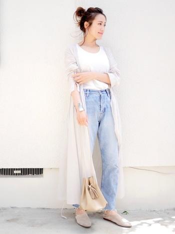 ホワイトカラーのトップスをよく着るよという方には、上品なベージュカラーのミニ巾着バッグで差し色を入れるのがおすすめ。ワンカラーながら大き目のタッセルなど、遊び心のあるデザインを選べば、大人カジュアル感を添える事ができますよ。