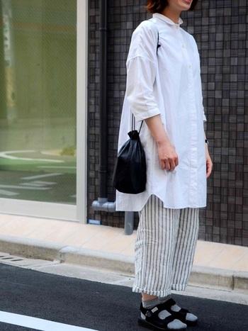 脱力感のあるコーディネートには、差し色にブラックカラーのミニ巾着バッグを合わせれば、グッと統一感のある印象に。ショルダー部分も細目の物を選んで、カジュアル感を添えるもいいですね◎