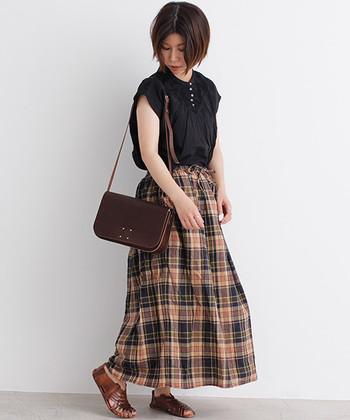 ブラウス×フレアスカートのガーリースタイルは、ブラウンとブラックを基調にして大人感をキープ。涼しげなマドラスチェックだから、褐色トーンでも暗い印象にはなりません。