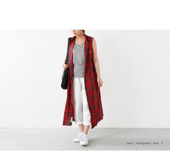 ノースリーブとパンツのシンプルな組み合わせ。それだけだとちょっと寂しいので、マドラスチェックのロングドレスシャツをON♪真っ赤なレッドが、装いに華やかさと女性らしさを宿します。