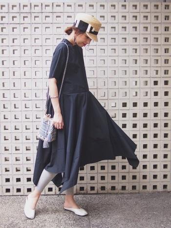 ワンカラーのワンピースに合わせるなら、エスニックな柄のミニ巾着バッグがおすすめ。コロンと丸いフォルムと発色のよいカラーが愛らしく、これ一つでリゾート感を添える事ができるので、夏のおでかけにぴったりです。