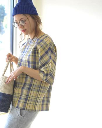 """ギンガムにタータン、ウィンドーペーンなど、ひとくちにチェックと言ってもその種類はさまざま。中でも特に夏ファッションにマッチするのが、繊細に色が重なり合う""""マドラスチェック""""です。カラリとした綿で織られているものが多く、どこか透明感のある色合いが特長。  今回は、そんなマドラスチェックを主役にしたコーディネートを、着こなしのテイスト別にお届けします♪"""