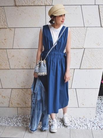 夏に着がちなブルー&ホワイトのコーディネートとも相性抜群◎エスニック柄をミニ巾着バッグで取り入れる事で、さりげなくレジャー感を添える事ができます♪