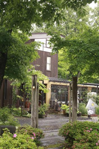 本格的なイタリア料理を楽しめるダイニングカフェ ボリジ。緑豊かなエントランスがお出迎え。