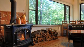 店内には薪ストーブがあり、那須高原らしいインテリアが楽しめます。秋冬には温かく迎えてくれそう。