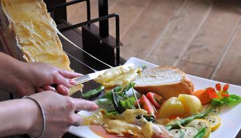 お店の人気はラクレット。トロトロのチーズをお野菜やパンにかけて頂きます。その他にチーズフォンデュも人気です。