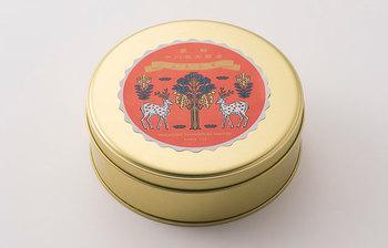 干菓子が入っている缶のラベルに描かれているのは、2頭の牡鹿と桂の木の正倉院の宝物を元にした中川政七商店オリジナルのレトロで趣のあるイラスト。