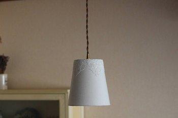 さらりとしたリネンの質感が心地よく、お部屋を涼しげな空気感で満たしてくれるランプシェード。リネンを通して漏れる光は、とても柔らかで癒されます。さりげなくほどこされたレースの花が、なんとも上品♪