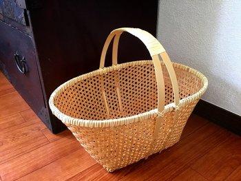 お部屋がすっきり片付いているのも、夏の快適生活のポイント。こちらは、鉄線編みの竹の収納かご。こまごましたものを、すっきりまとめてしまいましょう。中が透けて見えるので、探しやすいのもうれしい。