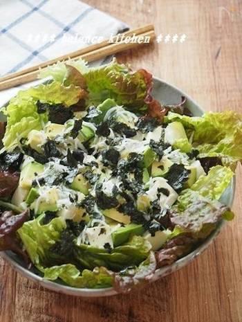 海苔やぽん酢、豆腐を使った和風サラダのレシピ。4つの食材のバランスが絶妙で、ぽん酢とオリーブオイルだけで素材の味を楽しめます。