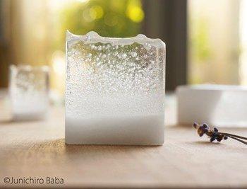 ガラスの美しさと透明感がこれ以上ないほどに表現されたペーパーウェイト。つい触れたくなるなひんやりめらかな表面仕上げも特徴です。