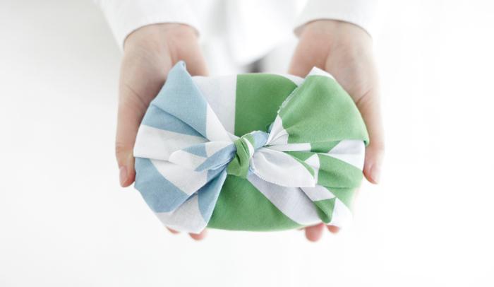 このように夏の手土産をこのように手ぬぐいで包むと、粋な手土産にグレードアップします。一層喜ばれるはずです!