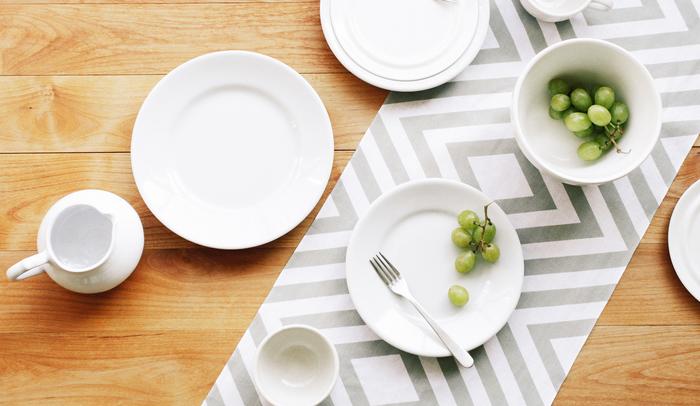 シンプルモダンな柄なので、このようにテーブルランナーとしての使い方もおすすめです。手ぬぐいとは思えないスタイリッシュな食卓になりますよ。