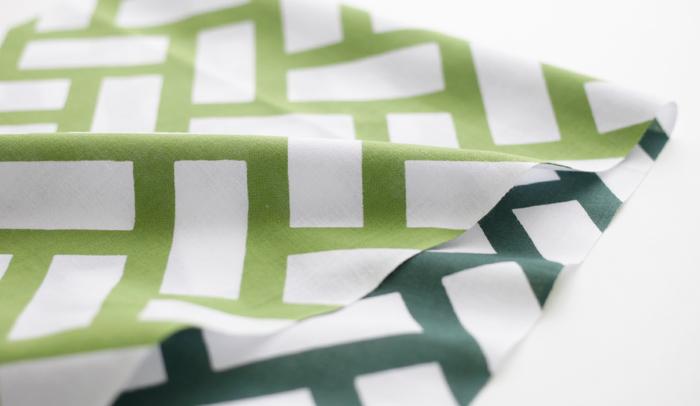 帯や小紋に多く用いられてきた檜垣文様をモチーフにし、葉の表と裏の色合いを表現した「梶の葉」。こちらは初秋の季語として古くから親しまれています。