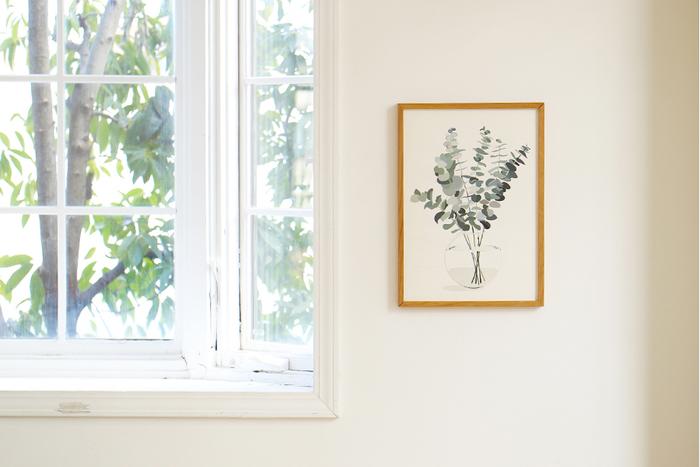 ふわりとした軽やかさと、透き通るような繊細さ。紙のインテリアは、夏にお似合いですね。こちらは、シンプルで涼しげな印象のボタニカルデザインのポスター。白い壁にすっきりなじみます。この1枚で、お部屋の雰囲気ががらりと変わりますよ。