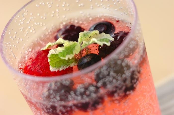 体に良いと言われているお酢を使ったビネガードリンクは、さっぱり爽やかな飲み心地で、暑さでだるくなりかちな夏にぴったり。こちらは、冷凍ベリーミックスとリンゴ酢をソーダで割るだけのお手軽レシピ。お酢と甘酸っぱいベリーが相性抜群です◎