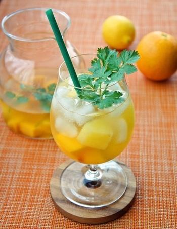 お好きな冷凍フルーツを使って作るビネガードリンク。冷凍フルーツを酢に漬けるだけの手軽さが◎フルーツをたっぷりと入れると、フルーティーで見た目の華やかさもアップするので、おもてなしにもぴったり♪