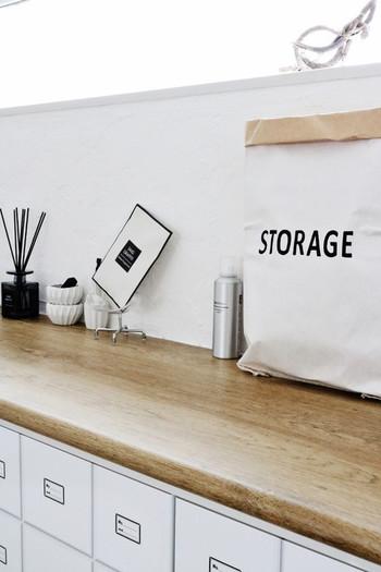 玄関周りの掃除用品の収納にも紙袋は役に立ちます。よく使う掃除グッズを入れて、シューズボックス上にポンと置いても、これならうまく目隠しができますね。取り出しも片付けも楽なので、気になった時にさっと掃除ができますよ。