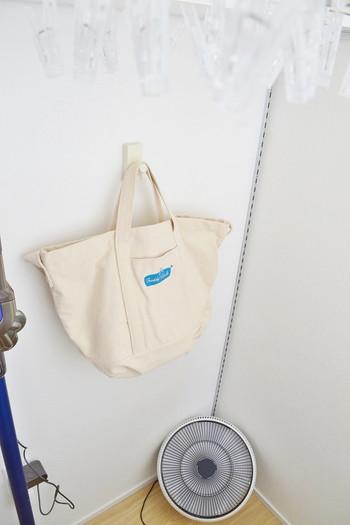 ランドリースペースにかけられた大きなコットンバッグは、別洗いの洋服やシーツ類の一時置きとして使うと◎。クリーニングに出す衣類を入れておけば、バックごと持っていけて便利です。生成り地のクリーンな印象のバッグが、清潔感を保ちたいランドリースペースにぴったりですね。