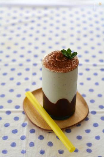 冷凍バナナで作るひんやりと美味しいチョコバナナシェイクは、スイーツ感覚で飲めるドリンクです。作る時は、2層に分けて注ぐのがポイント!最初に上のバナナシェイクを味わってから、下のチョコバナナシェイクを味わえば、一杯で二度美味しい得した気分に♪