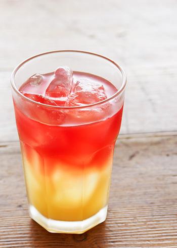 パイナップルジュースにローズヒップティーを注いだ2層仕立てのドリンク。赤と黄色のコントラストが鮮やかで、さらにトロピカルな味わいが夏気分を高めてくれます♪