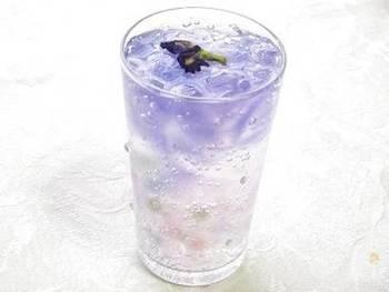 こちらは、蝶豆花(バタフライピー)という花のハーブを使ったドリンクです。なんとラムネを注ぐと色がブルーから紫へと変化するそう!パーティーのウエルカムドリンクとしてみんなの前で素敵なサプライズを演出してみませんか?