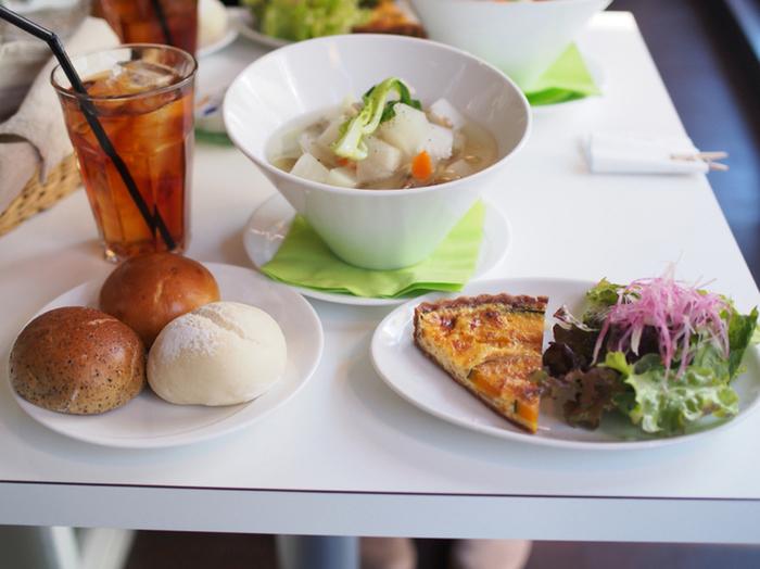 ランチタイムには、お代わり自由の米粉パンがついたスープセットやサラダセットが人気です。食べ放題のパンもふわふわ、モチモチでほのかな甘みを感じます。ティータイムには、オーガニックのコーヒーや紅茶、クロワッサンアイスなどがいただけます。