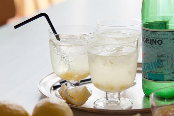 透き通ったガラスは、夏の食卓を涼しげに彩るマストアイテム。夏の定番レモネードも、クリアなグラスに透き通って一層さわやかに見せてくれますね、