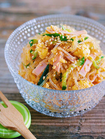 キュウリの緑とハムのピンクの彩りが綺麗な、見た目にも涼しげな春雨サラダ。コスパも良いのでたっぷり作って保存しておきましょう。