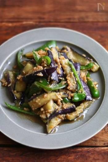 ご飯がすすむ、ナスとピーマンを使った肉味噌炒め。材料も3つだけで10分で作れますので、疲れて帰宅したときでもサッと作れる時短料理です。