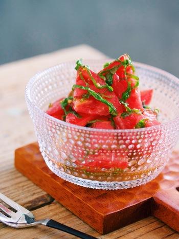 大葉の香り漂うシンプルなトマトのマリネは、食卓をパッと明るく彩ってくれそう♪トマトはビタミンCやビタミンE、リコピン、食物繊維が豊富なお野菜。なのに低カロリーなので毎日たっぷり食べたいお野菜です。
