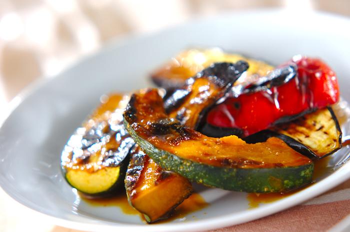 夏野菜は、特に体の調子を整えてくれるビタミンCやビタミンE、カロチン、食物繊維などを多く含む野菜が多いのが特徴です。野菜は、旬の時期にもっとも栄養価が高くなるだけでなく、その時期に身体が必要とする栄養素が詰まっています。夏に不足しがちなカリウムやビタミン類といった栄養素を、カラフルな夏野菜で美味しく補給し、夏バテや熱中症を予防しましょう。夏バテ気味の時や、紫外線をたくさん浴びてしまったという時にも積極的に日々のお料理の中に取り入れていくといいですね。そこで今回はその中でも、夏野菜の代表格である4つのお野菜のレシピをご紹介していきます!