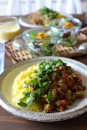 子どもたちの嫌われ者でもあるピーマンですが、夏野菜の中では特に栄養価に秀でた緑黄色野菜の代表選手なんです。こちらのレシピのドライカレーの中に、さらに細かく刻んだピーマンも混ぜ込み、一緒に食べてもらいましょう。