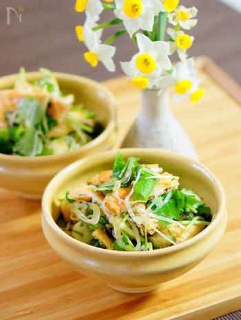 油揚げをパリパリに焼いたあと、香味野菜をめんつゆとおろし生姜で合えるだけの和風サラダ。食べ応えがあるだけでなく生姜の風味でお箸もどんどん進みそう!