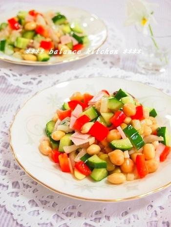 冷蔵庫に余っているお漬物を入れるユニークなサラダ。お漬物のポリポリ感とミックスビーンズもいれてより満腹感が味わえるサラダに。使うお漬物の味によってその都度味が変わるのも楽しみですね。