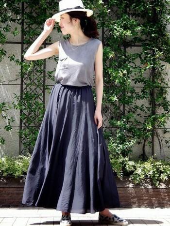 街歩きやグルメ旅に、コーディネートしやすロングスカートはいかがでしょうか?ロング丈なので、日焼け防止にもなりますし、室内で冷房がきつい場合にも安心です。立体感のあるふんわりとしたフォルムで、足元にスニーカーを合わせてもカジュアルになりすぎません◎シックな女性の雰囲気をプラスしてくれます。