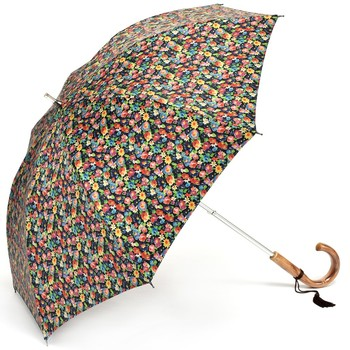 ジャパンメイドにこだわったハッチの小花柄のカワイイ遮光傘。重さはなんと245gで卵4個分程度しかありません。見た目よりも軽く、遮光率は99%と紫外線の遮蔽性にも優れています。
