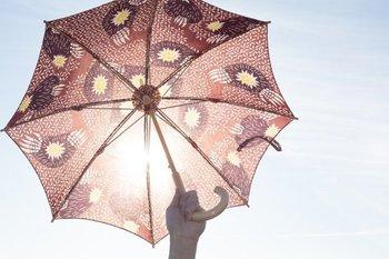 梅雨入りとなる季節は、湿度もアップするのでジメジメと嫌な気分になりがちです。そんな季節だからこそ、気分を上げてくれるお気に入りの傘で、憂鬱な気分を吹き飛ばしませんか?雨の日はもちろん、強い日差しの晴れの日にも使える傘をご紹介します。