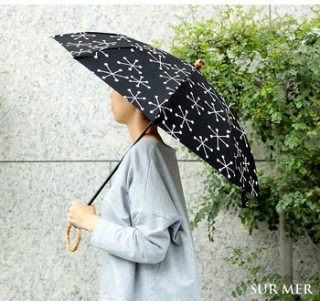 東京の下町の職人によって作られているシュールメールの上質な日傘。綿麻混生地には、雪の結晶模様がプリントされています。また、UV加工・撥水加工が施してあるので、天気に左右されず長く愛せる兼用傘です。