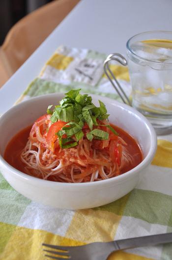 トマトの赤が鮮やかな一品は、見ているだけで、食欲がわいてきそう…。 素麺の細い麺がトマトスープと良く絡み、あと引く美味しさです。鮭フレークで魚介の旨味を再現した、お手軽レシピ、休日のランチにいかがでしょう。