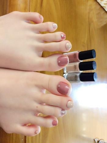 品のあるスモーキーピンクを使った同系色のデザインネイル。中指や薬指に一本だけラメを入れる事でクールに決める事ができます。