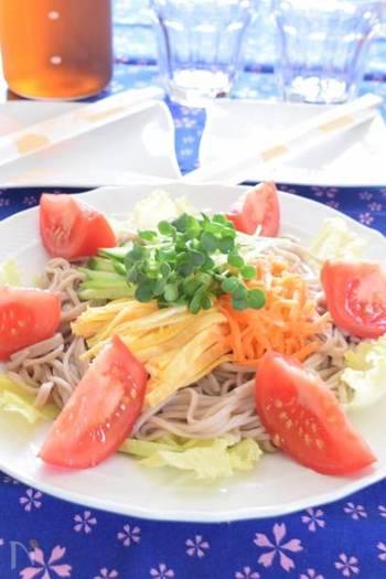 長野県では、この「そばサラダ」が意外と定番なんだとか! たっぷりのお野菜をのせて、彩りも鮮やかに…。 定番のお蕎麦に飽きたら、たまにはこんなアレンジお蕎麦はいかがでしょう。