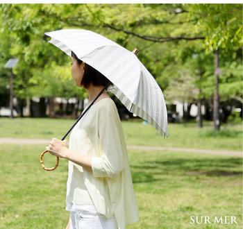 日本製ハンドメイドで作られたシュールメールのリゾートストライプは、麻100%素材で風通しが良く快適に過ごせる日傘です。高温多湿な日本の風土に適したリネンは、見た目にも美しいデザインに仕上がっています。
