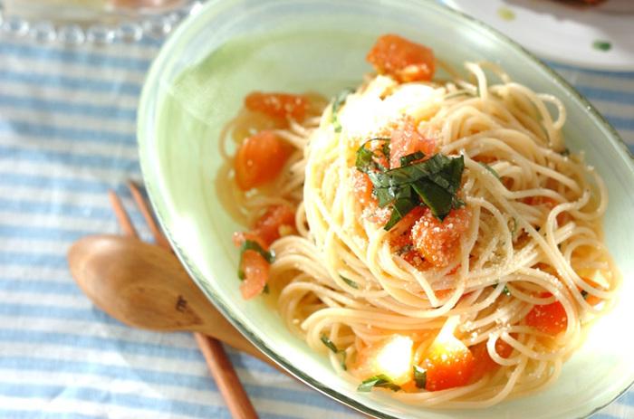 パスタというと、温かいものが定番ですが、夏は冷たく冷やした冷製パスタもおすすめです。 こちらはトマトとバジルの冷製パスタ。フレッシュなトマトの酸味とバジルが愛称抜群!ニンニクの香りが食欲をそそります。