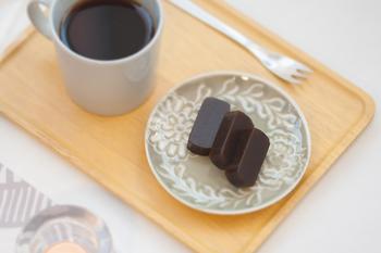 細かく削ったコーヒーの粉とコーヒー液が、あんこと一緒に練りこまれており、一口食べると濃厚なコーヒーの香りが口に広がる風味豊かな羊羹ですが、使われているコーヒー豆は全てカフェインレスなので、カフェインが気になる方にもおすすめです。