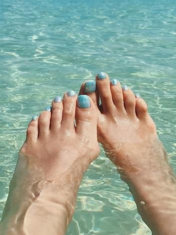 ターコイズブルーのマーブルネイルは水辺によく映えます。プールや海上がりに着こなしたい白いワンピースにもぴったりです。