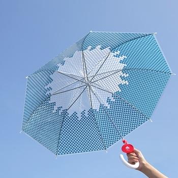 傘を広げると富士山のデザインが浮かび上がります。ビニール製の傘なので、軽量で持ち運びしやすい雨傘です。持ち手には日の丸をイメージした名札付きです。